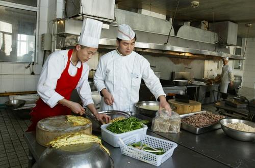 据了解,教工食堂早餐和晚餐对所有餐卡服务,而午餐只针对教工服务