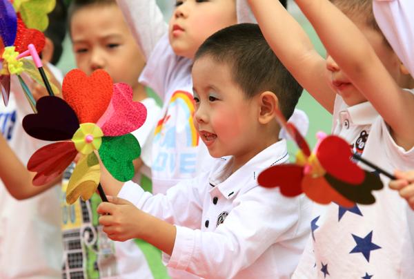 """兰锐 王丽莹,张蔺,彭蕴杰/图)为庆祝""""六一""""国际儿童节,从5月29日起,哈"""
