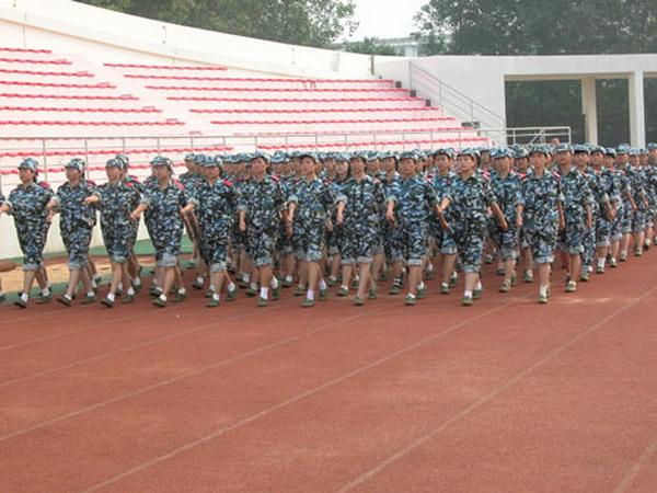 军事训练营_威海校区校领导赴刘公岛看望军事训练营学员