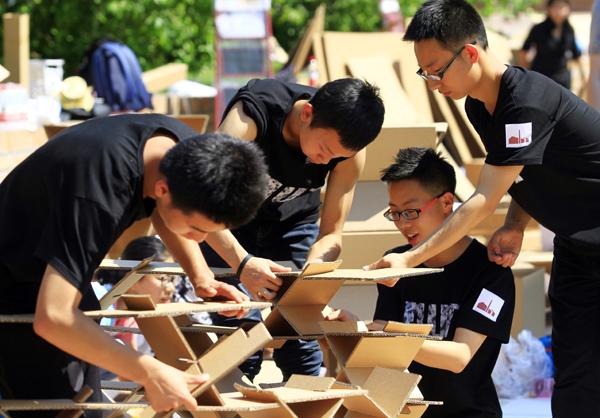 中学生和大学生一起pk,幼儿园小朋友围观.