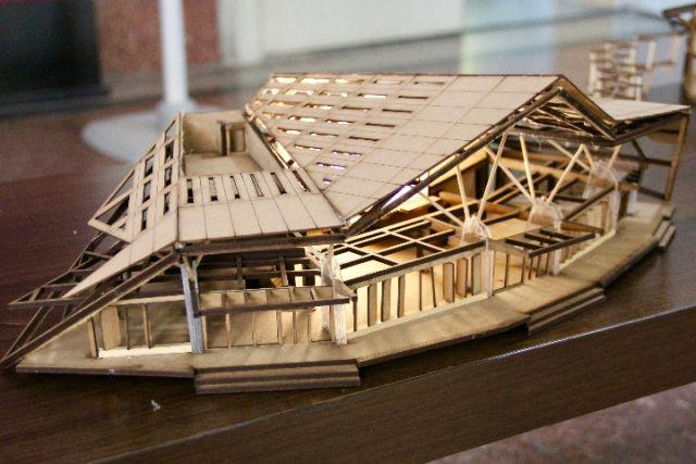 哈工大报讯(建筑 文/图)这次大赛让我对木结构建筑特性有了新的认识,同时自己所学的基础理论和专业知识也在实践中得到了很好运用。10月7日,2018第三届全国高校木结构设计邀请赛答辩式决赛在校举行。 经过作品陈述、选手答辩、专家评审等环节,最终同济大学学生作品穹窿之下荣获一等奖,我校学生作品Ribbon&Cone和岛海筑桥门荣获二等奖,来自东南大学、华南理工大学、北京林业大学和我校等高校的参赛团队荣获三等奖。 木结构建筑在中华民族历史上曾经有着辉煌的成就,充满神韵的木构大屋
