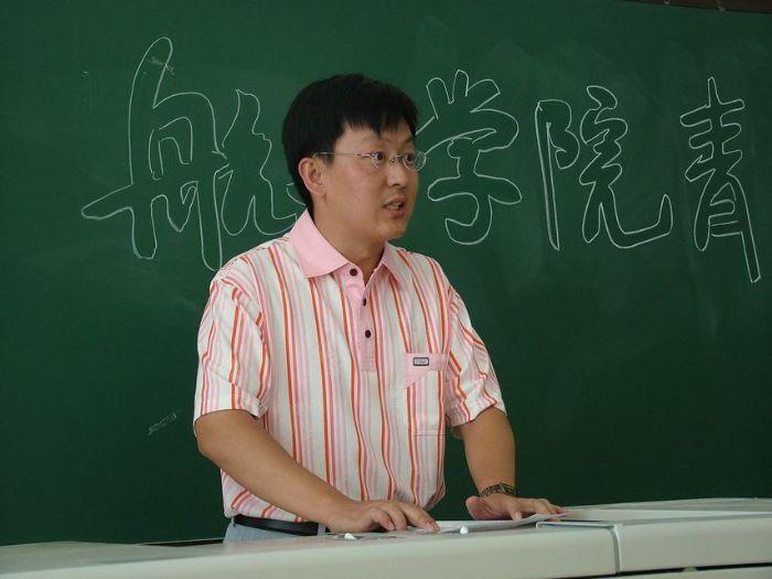 青年教师朱嘉琦代表参加此次培训的青年教师发言